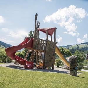 Spielplatz Kinder Familienhotel Harmls Aparthotel Flachau Motto Adlerhorst