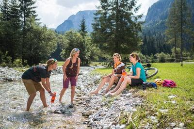 Mountainbikerinnen_Damen_Ladies_am_Bach_Wasser_Rast_Pause